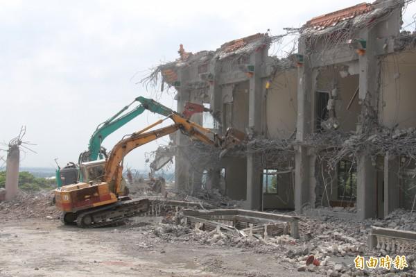怪手拆除震不停,民眾擔心古蹟「碧雲禪寺」建築結構恐受影響。(記者陳冠備攝)