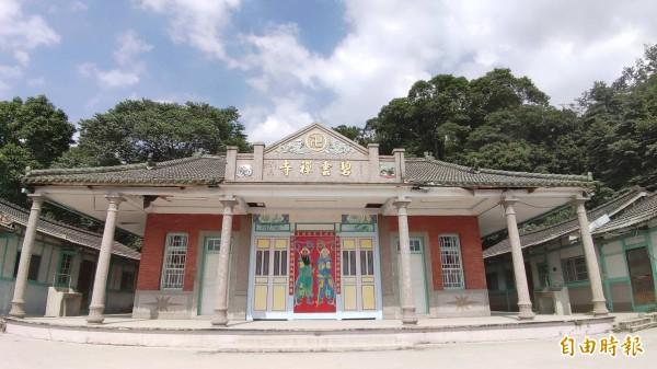 百年古剎「碧雲禪寺」位在違建物正後方,是典型傳統「巖仔」(指靠近山邊的寺廟)的佛寺。(記者陳冠備攝)