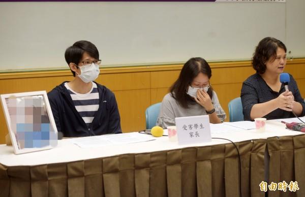 台北市民權國中一名王姓學生去年12月自殺,人本教育基金會27日舉行記者會,邀請王父、王母出席,呼籲監察院調查本案。(記者黃耀徵攝)