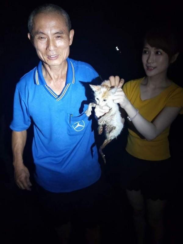 涵涵(右)與路過民眾(左)一起熱心救起流浪貓。(涵涵提供)