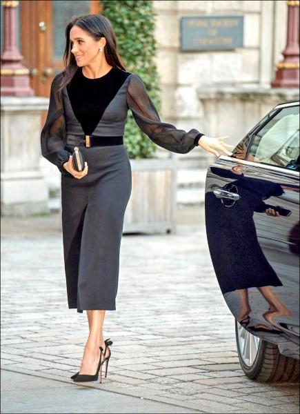 英國哈利王子的嬌妻、薩塞克斯公爵夫人梅根時代新女性形象鮮明,她廿五日晚間出席英國皇家藝術研究院一場展覽開幕式,因下車蒞臨會場時順手關上車門,掀起社群媒體論戰。(路透)
