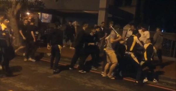學生持棍圍毆1名黑衣男。(記者許倬勛翻攝)