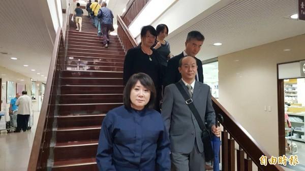 SOGO董事長黃晴雯(左一)今出庭。(記者溫于德攝)