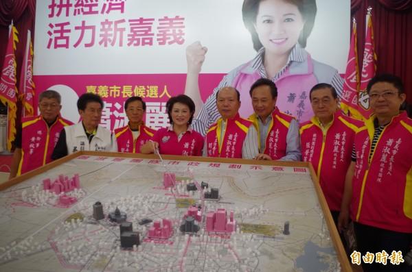 蕭淑麗(左四)今與競選團隊開記者會提出市政藍圖。(記者王善嬿攝)