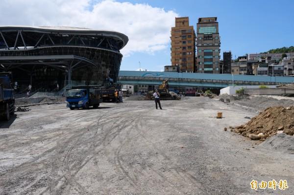 原訂9月底完工的忠一路貫通中山一路工程,受到連日雨勢影響,仍在趕工中。(記者林欣漢攝)