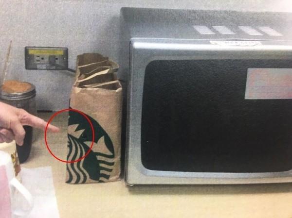 醫師在飲料紙袋預先挖出圓孔,放入手機偷拍女醫護換衣服。(翻攝資料照)