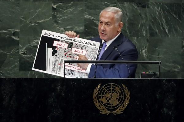 以色列總理在聯合國大會上秀出道具,指伊朗暗藏核子設施。(美聯社)