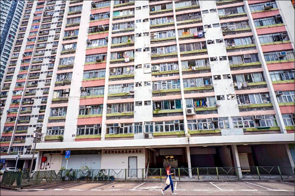 香港爆發全球首例老鼠E型肝炎傳染人類個案,患者可能是在黃大仙區公宅「彩雲邨(村)」的住家附近,因食用遭老鼠排泄物感染的食物,或遭到老鼠咬傷而染病。圖為彩雲邨外觀。(法新社)