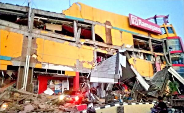 印尼中蘇拉威西省巴路市的一棟建物,在強震中坍塌。(法新社)