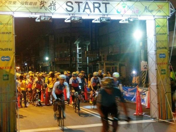 永不放棄挑戰巔峰武嶺自行車賽,在清晨5點從埔里地理中心碑出發。(南投縣府提供)