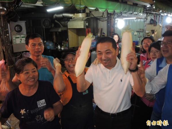 侯友宜獲贈好采頭,開心地雙手舉起,跟大家一起加油。(記者翁聿煌攝)