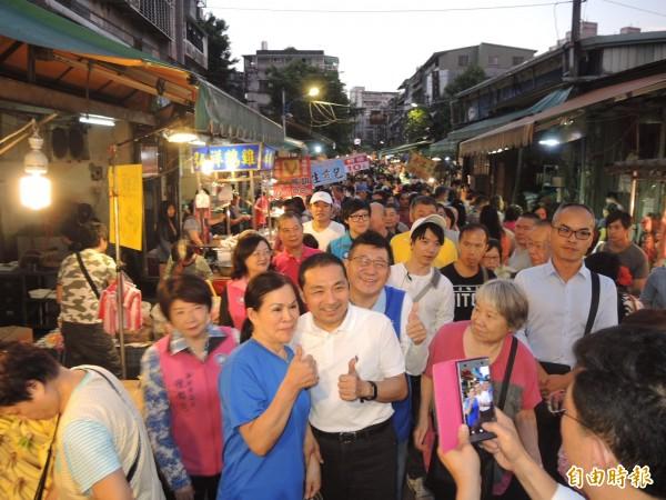 侯友宜(中)赴永和智光及中和大勇街黃昏市場掃街拜票,獲得攤商及民眾熱情歡迎。(記者翁聿煌攝)