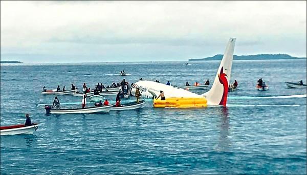 民間小型快艇將飛機團團包圍。(美聯社)