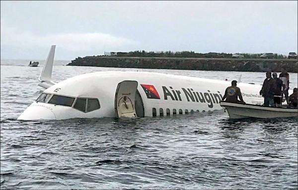 「紐幾內亞航空」客機因降落失敗,落入密克羅尼西亞的楚克國際機場周邊的楚克潟湖。岸邊民眾見狀立即出動救人。(法新社)