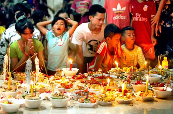 柬埔寨28日進入今年「亡人節」第4天,當地民眾紛紛前往佛塔,供食給過世親人的亡靈。(美聯社檔案照)