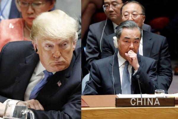 美國總統川普(左)當著中國外交部長王毅(右)的面,重砲抨擊中國企圖操弄美國2020年總統大選。(路透)