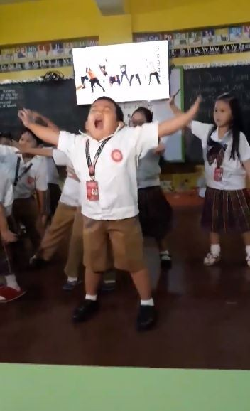 菲律賓有1名小男童,因為跳了《BAAM》的舞蹈,在網路上一夕爆紅,網友紛紛大讚「超可愛」。(圖擷取自「Sally Esmedio Manuel」臉書)