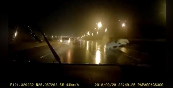 高速超車的轎車呈現「頭上腳下」4輪朝天。(圖擷取自爆料公社)