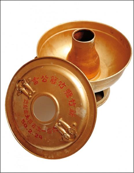 燒炭火鍋︰王永宗的收藏不侷限碗盤,也包含其他食器,像這個燒炭火鍋在過去瓦斯爐還沒發明的年代,吃火鍋要用炭火加熱,這也是一個時代的見證。(記者陳宇睿/攝影)