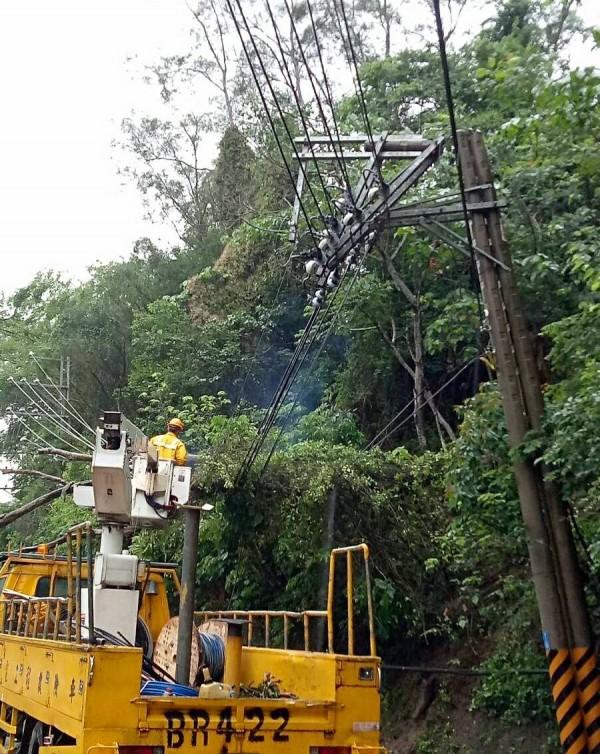 台電地下管線突故障,造成高市445戶停電,已派員搶修中。 (記者陳文嬋翻攝)