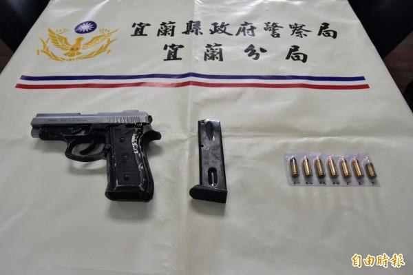 簡男身上查扣的槍枝及子彈。(記者張議晨攝)