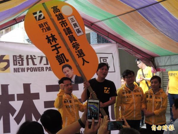 國民黨反空污公投連署被查出七萬份造假,時力高雄黨部痛批打假球。(記者王榮祥攝)