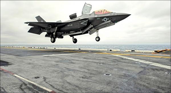 F-35B在兩棲攻擊艦「黃蜂號」起降的畫面。(路透檔案照)