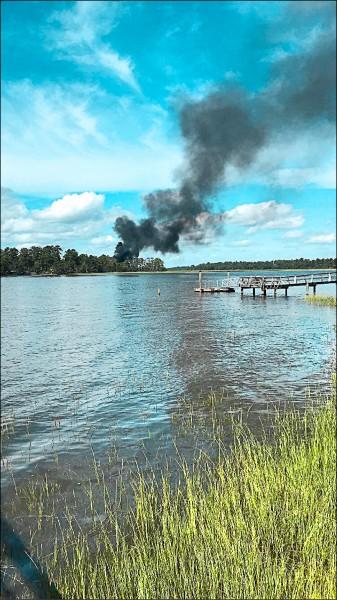 F-35B墜機現場冒出縷縷黑煙。(路透)