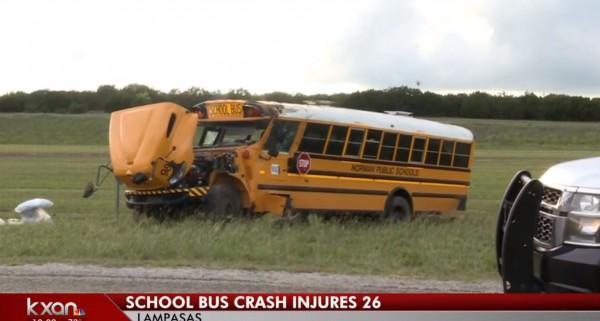 美國載有27人的小學校車,在德州中部的高速公路翻覆,學生們在車禍中受到瘀傷、擦傷和骨折。(圖擷自「kxan」YouTube)