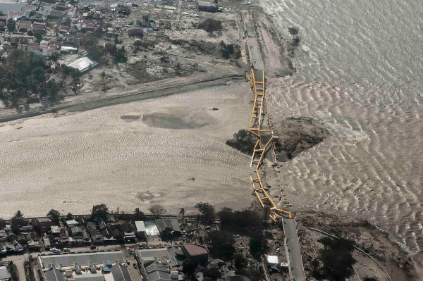 印尼蘇拉威西島橋梁被海嘯沖垮。(路透)