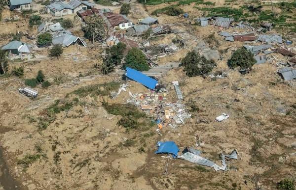 印尼蘇拉威西島海岸民宅遭海嘯摧毀。(路透)