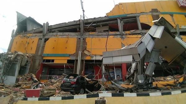 印尼強震後,街上到處都是倒塌的建築物。(法新社)