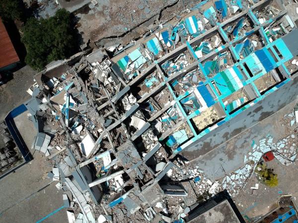 印尼強震後倒塌的酒店。(法新社)