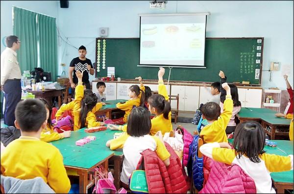 南市試辦英語教學,學童的英語聽說能力都有進步。 (資料照,南市府二官辦提供)