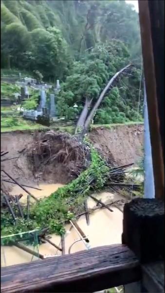 社群媒體流傳的影片顯示,日本今年第二十四號颱風「潭美」,九月三十日在宮崎縣宮崎市將樹木連根拔起。(路透)