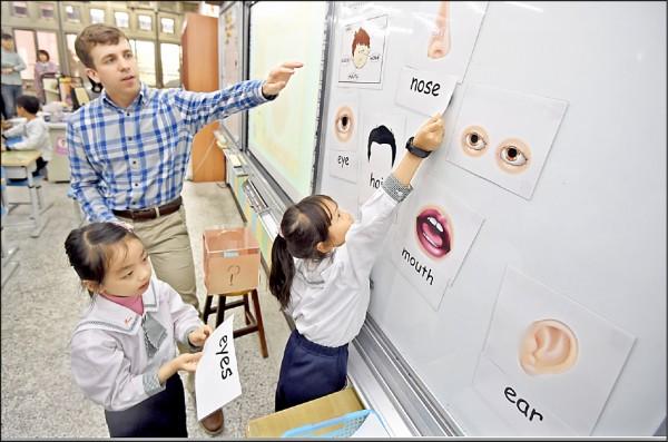 教育部規劃加強中小學英語教學,除小學中、高年級增加授課時數,國中小學的英語課都須以全英語授課;圖為國小一年級小朋友雙語學習。(資料照)