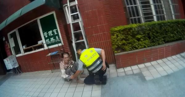 「蜘蛛盜」李嫌(左)穿著女性衣物,竟妄想誆騙員警逃脫。(記者洪臣宏翻攝)