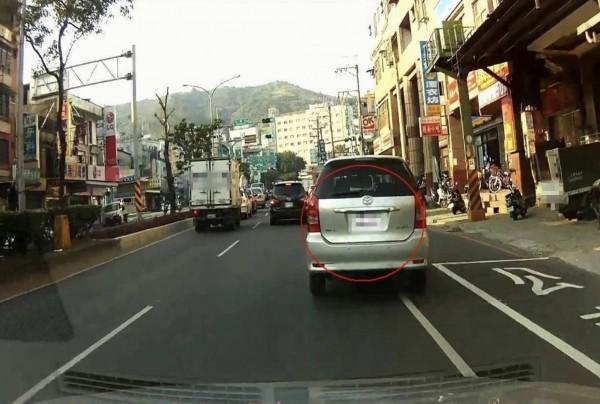 汽車族變換車道未打方向燈,立即被後方駕駛以行車紀錄器影像提供給警方開單告發。(警方提供)