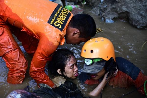 印尼強震後,在倒塌大樓內發現1名15歲的少女Nurul Istikhomah受困,但救援1天仍無法將她救出。(歐新社)