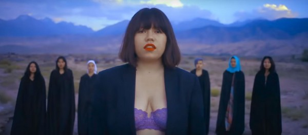 吉爾吉斯19歲女歌手Zere,因為露胸罩唱歌收到了死亡威脅。(圖擷自「Zere Asylbek」YouTube)