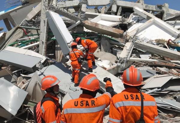印尼遭強震海嘯襲擊,目前已有1200人罹難。(歐新社)