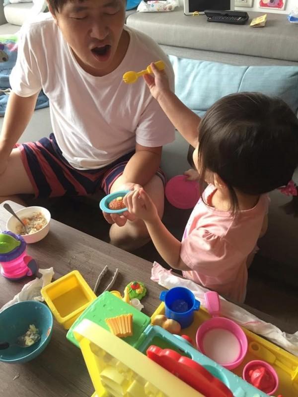 一名女網友天天辛苦煮飯給先生吃,從沒被稱讚過,女兒餵空氣給他吃,卻頻頻說好吃,讓她好抓狂。(圖擷取自臉書社團「爆怨公社」)