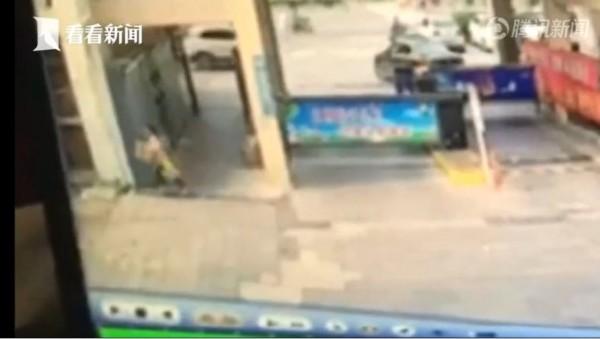 中國一名女童偷拿包裹,不過她的父母拒絕全額賠償。(圖截自騰訊新聞)
