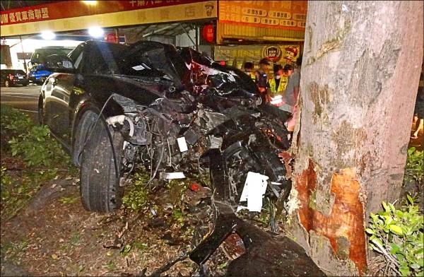台中一名沈姓男子,昨天凌晨酒駕開車自撞行道樹,車頭幾乎撞爛,身體也因多處受傷送醫急救。(記者陳建志翻攝)