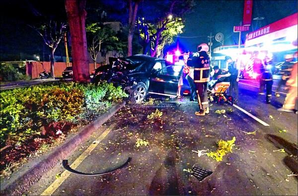 台中一名沈姓男子,昨天凌晨酒駕開車自撞行道樹,車頭幾乎撞爛,零件也四散,消防人員到場將他救出送醫急救。(記者陳建志翻攝)