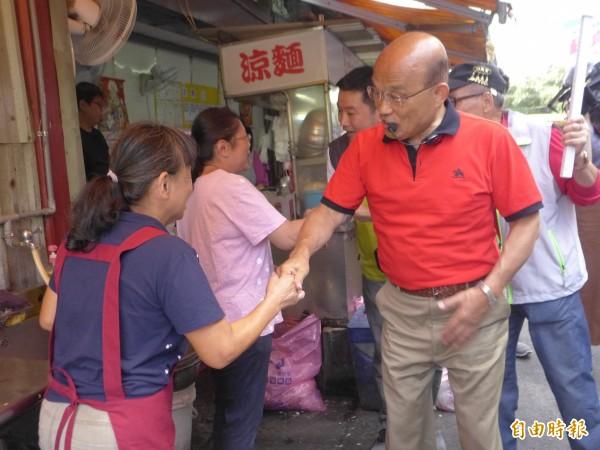 民進黨新北市長參選人蘇貞昌到汐止區早市拜票。(記者李雅雯攝)