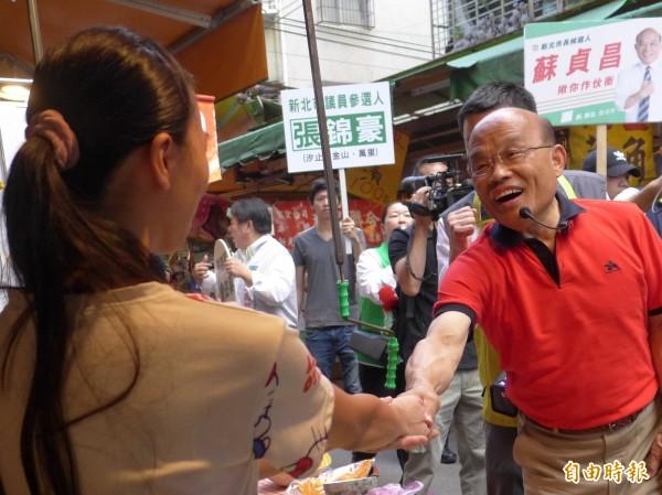 民進黨新北市長參選人蘇貞昌到汐止區早市拜票爭取支持。(記者李雅雯攝)