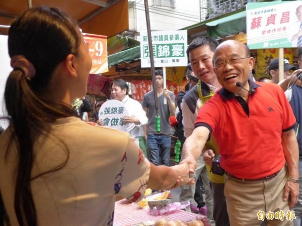 民進黨新北市長參選人蘇貞昌到汐止區橫科市場拜票。(記者李雅雯攝)