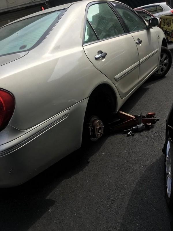 楊姓女子開車時輪胎被硬幣插爆。(記者林宜樟翻攝)