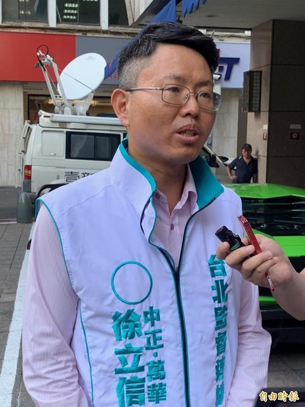 「友柯派」台北市議員參選人徐立信也在場外召開記者會駁斥葛氏說詞。(記者沈佩瑤攝)